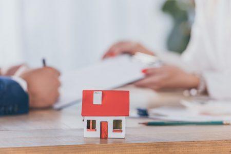 Продаж нерухомого майна, частина якого належить неповнолітньому, без дозволу органів опіки та піклування